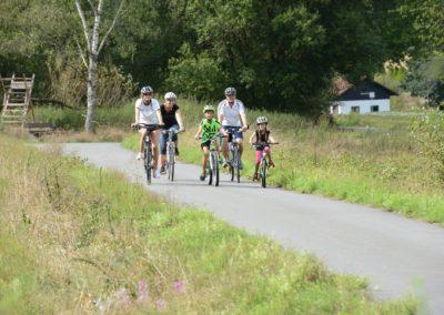 Familie unterwegs auf dem Odenwald-Madonnen-Radweg bzw. der Wanderbahn bei Mudau_Quelle Touristikgemeinschaft Odenwald